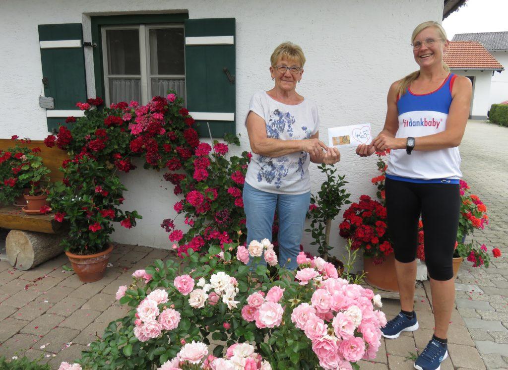 Rosmarie Baumgartner und Monika Stief bei der Spendenübergabe